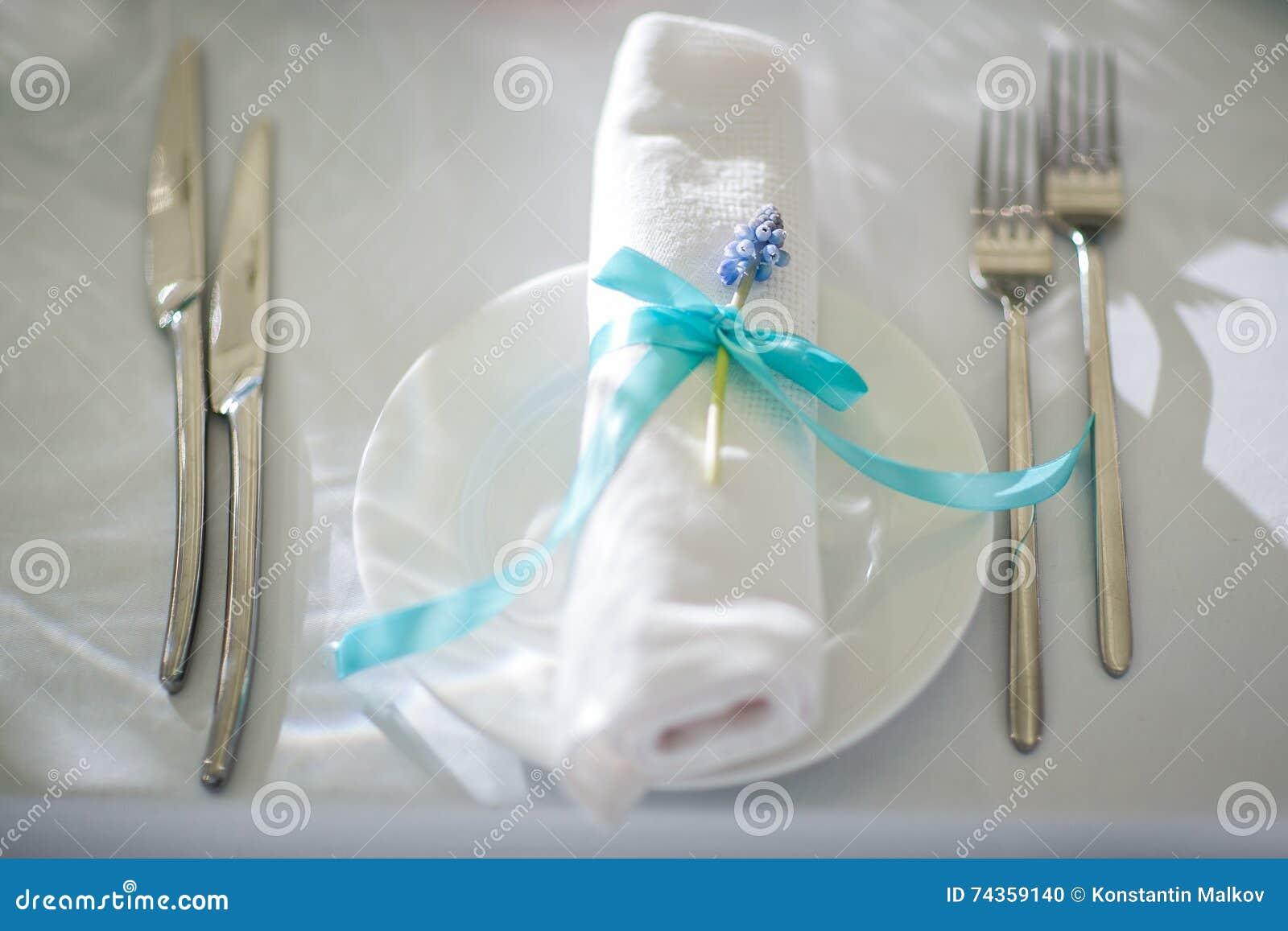 Pięknie uorganizowany wydarzenie - słuzyć bankietów stoły przygotowywający dla gości
