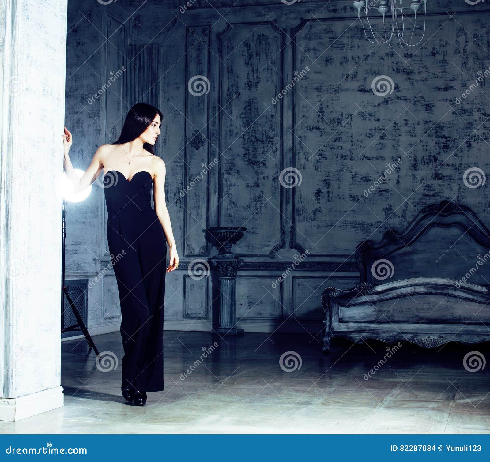Piękno brunetki młoda kobieta w luksusu domu wnętrzu, czarodziejskiej sypialni popielaty elegancki