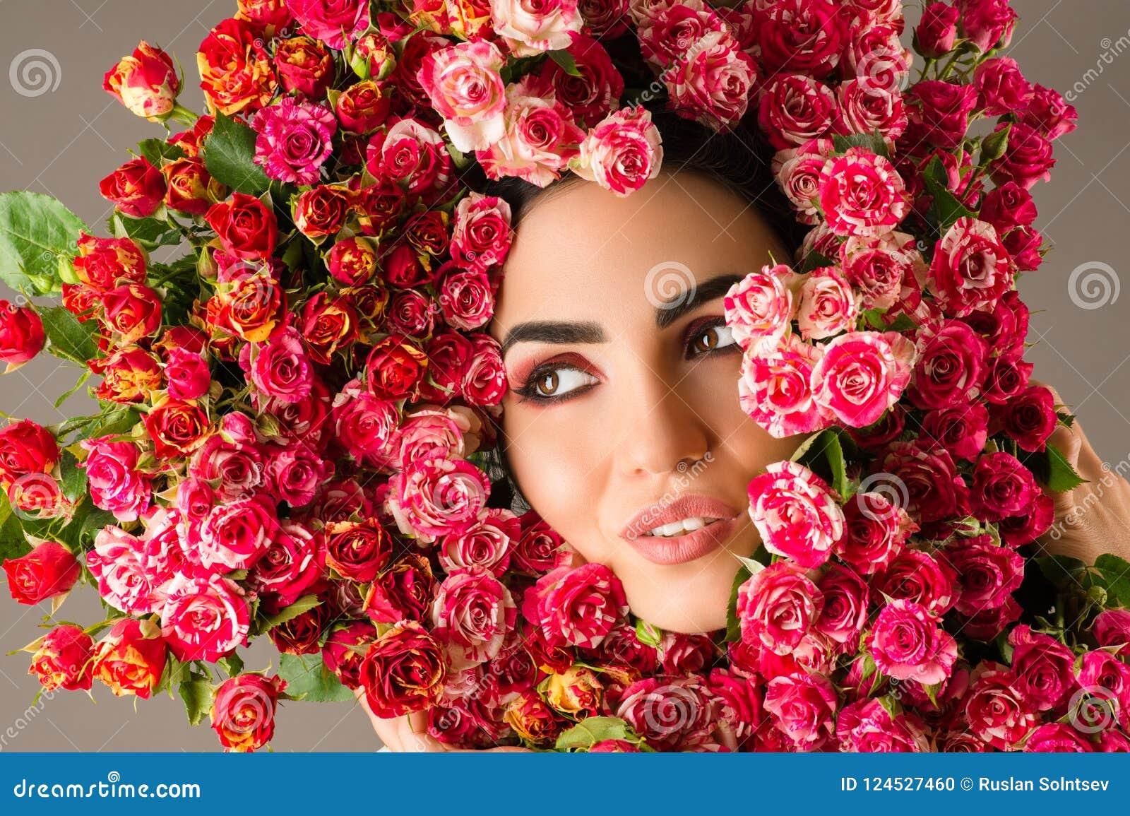 Piękno kobiety makeup twarz z czerwonymi różami kwitnie wianek na głowie