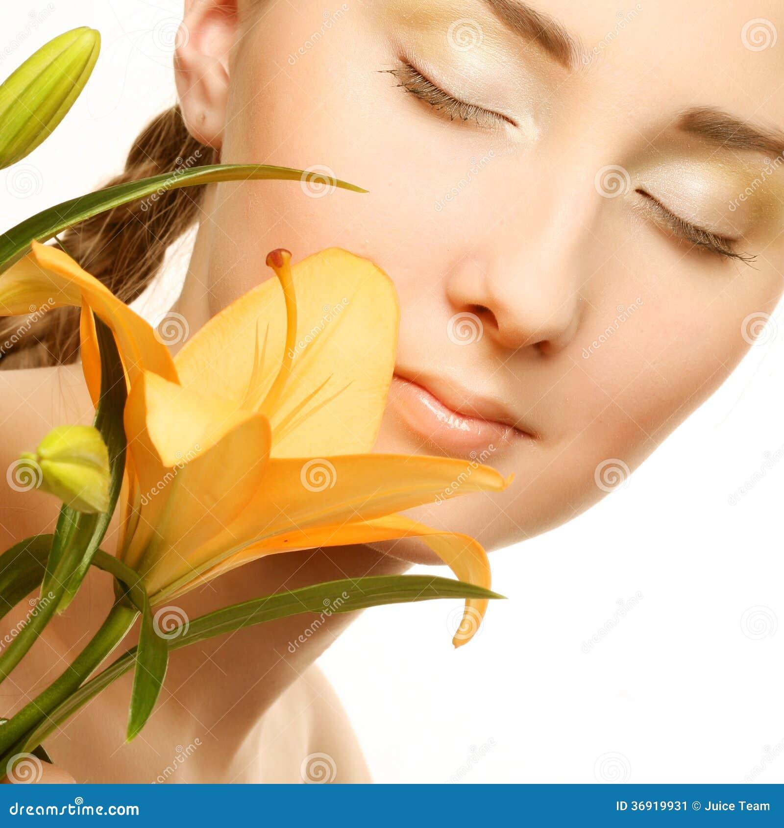 Piękno kobiety twarz z żółtym leluja kwiatem