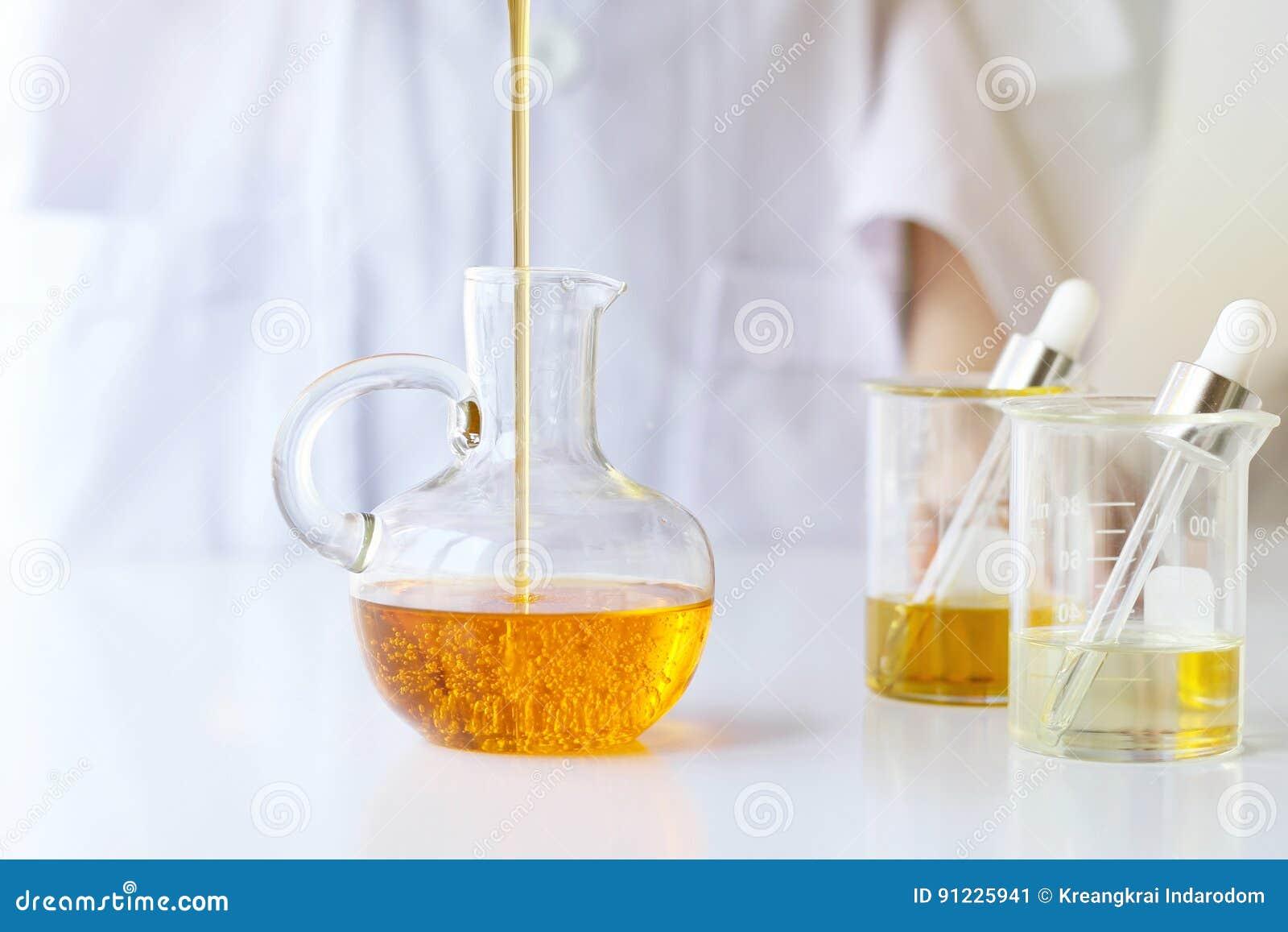 Piękno kosmetyków nauki Formułuje skincare z ziołową esencją i miesza, naukowiec nalewa organicznie istotnego olej