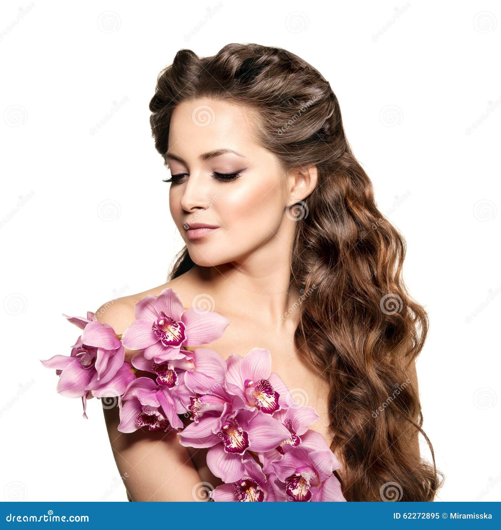 Piękno młoda kobieta, luksusu długi kędzierzawy włosy z storczykowym kwiatem H