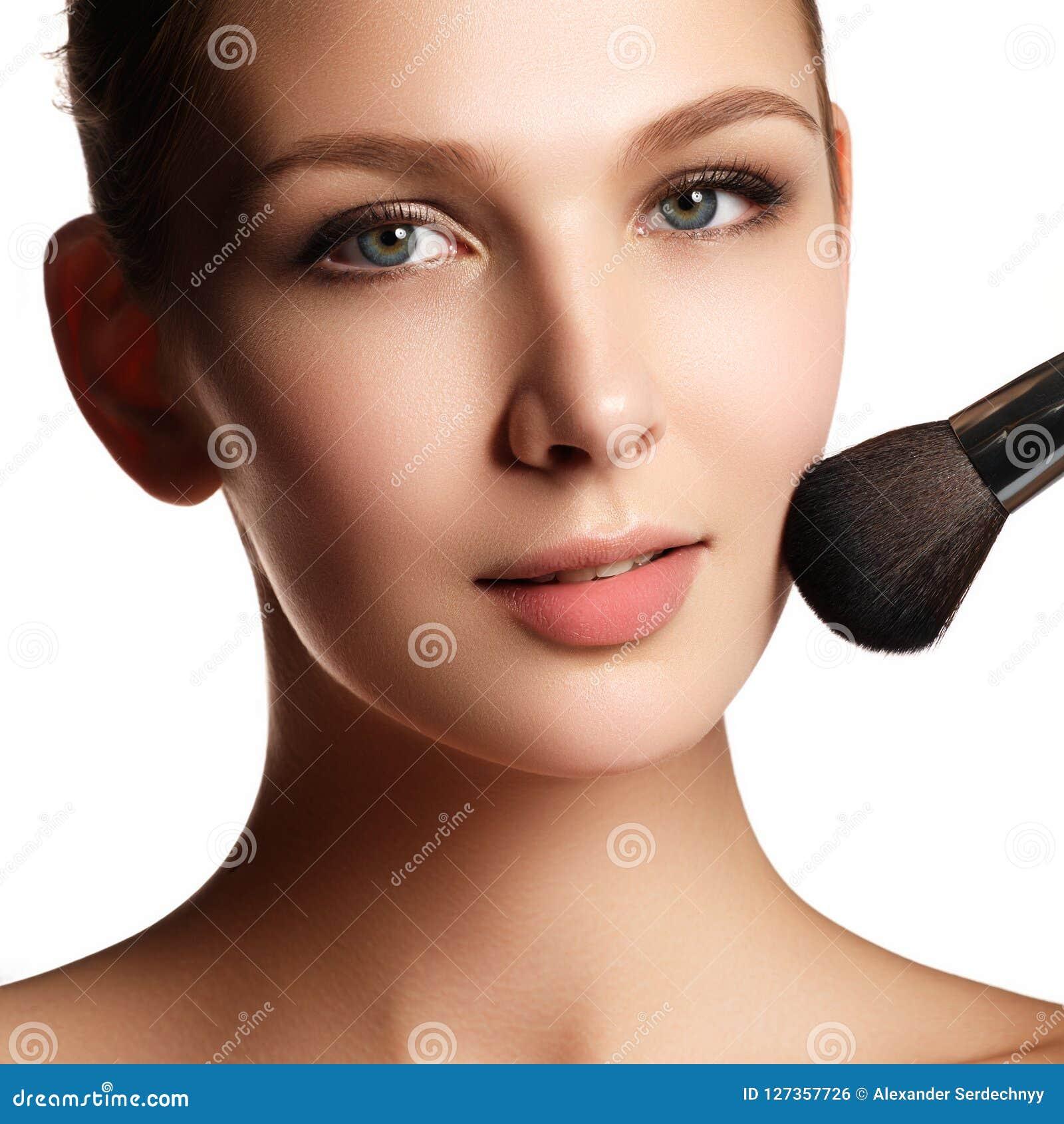 Piękno model z makeup muśnięciem Jaskrawy makijaż dla brunetki woma