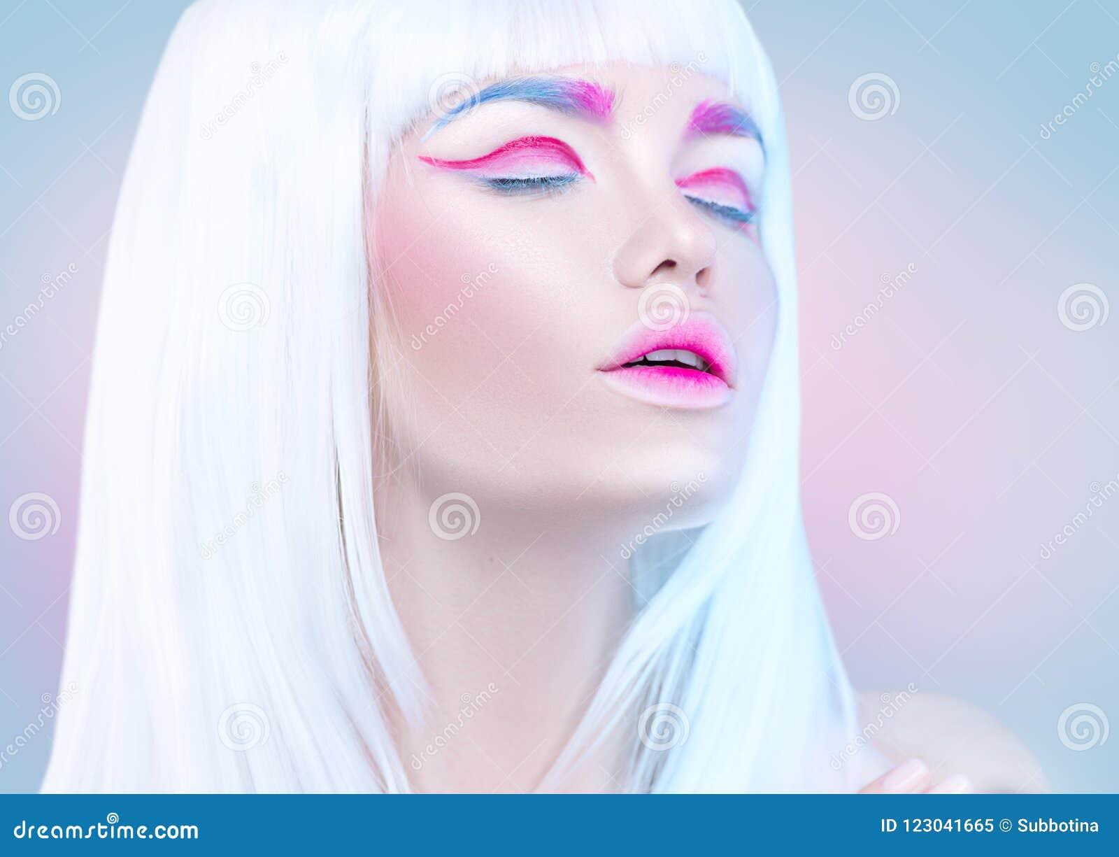 Piękno mody modela dziewczyny portret z białym włosy, różowy eyeliner, gradientowe wargi Futurystyczny makeup w białym, błękitnym