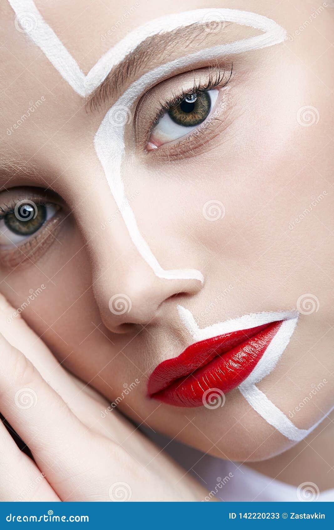 Piękno mody portret młoda kobieta Kobieta z niezwykłym kreatywnie makeup twarzy paintin