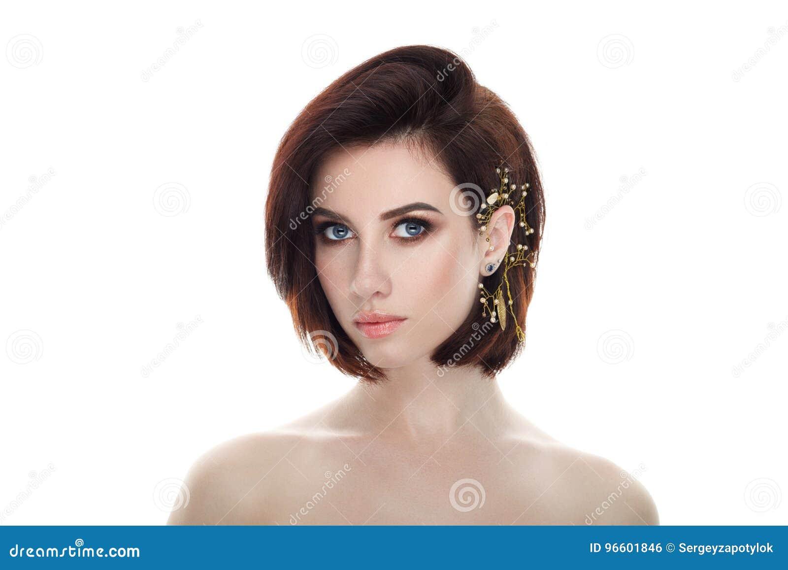 Piękno portret dorosła urocza świeża przyglądająca brunetki kobieta z wspaniałego makeup headpiece koczka diy uczesaniem pozuje p
