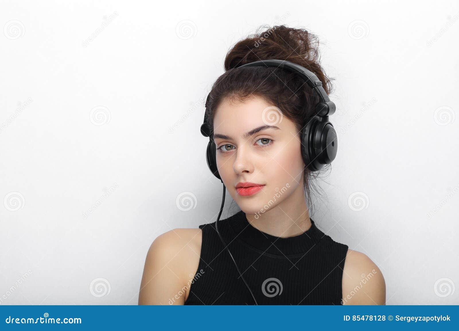 Piękno portret młoda urocza świeża przyglądająca brunetki kobieta z długim brown zdrowym kędzierzawym włosy pozuje w dużym czarny