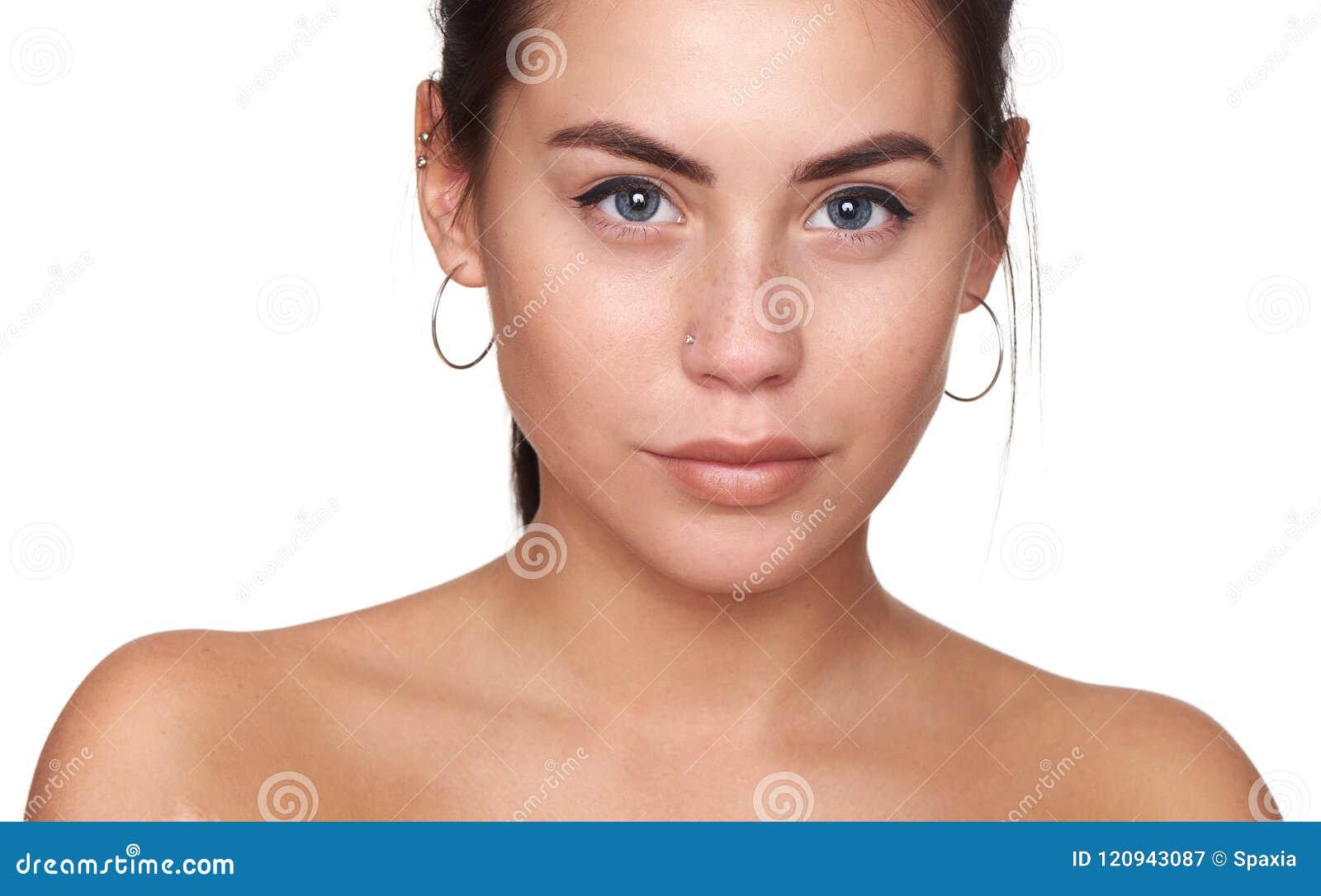 Piękno portret uśmiechnięta piękna przyrodnia naga kobieta