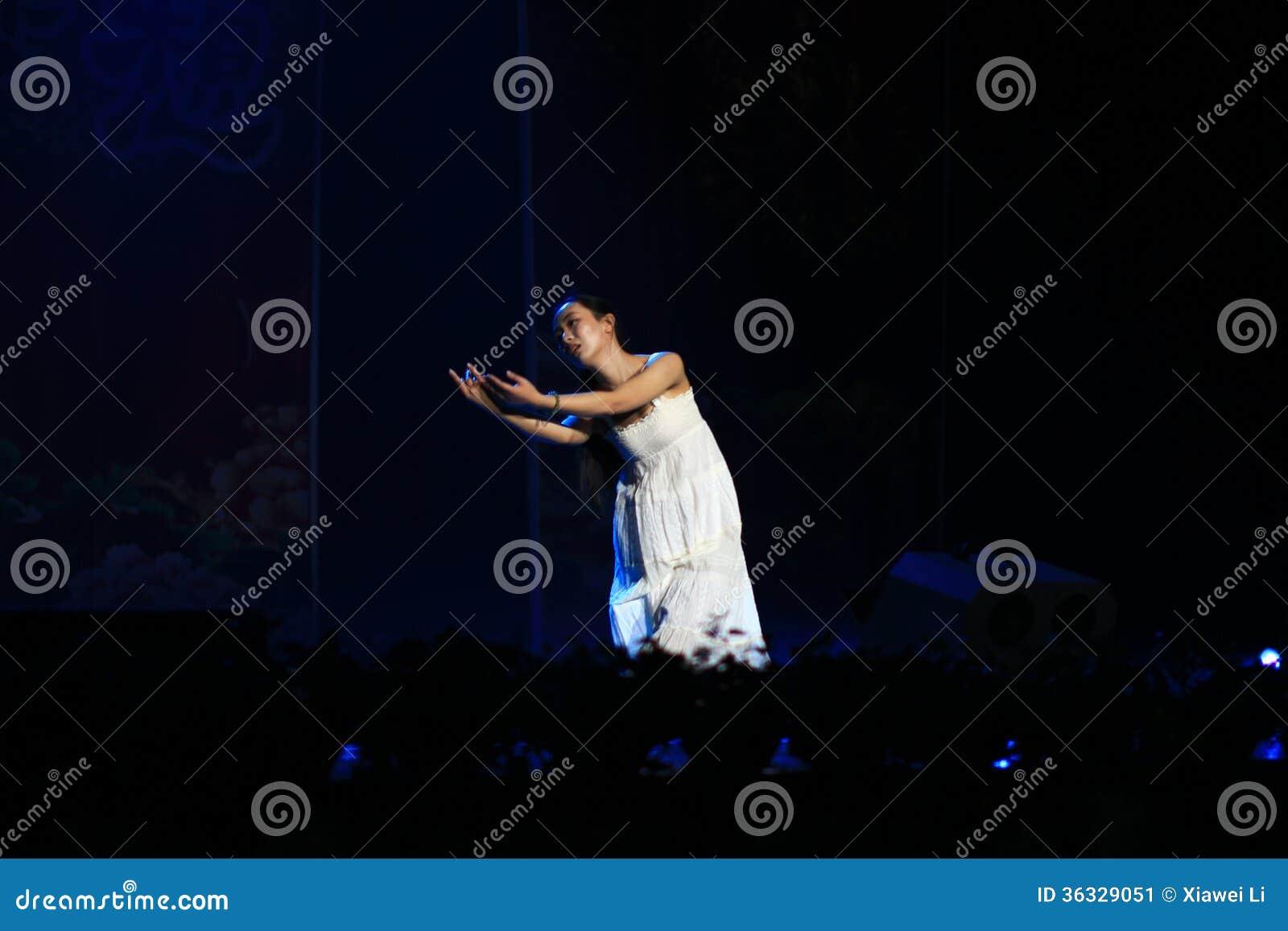 Piękno taniec w sceny przedstawieniu w nowego roku przedstawieniu