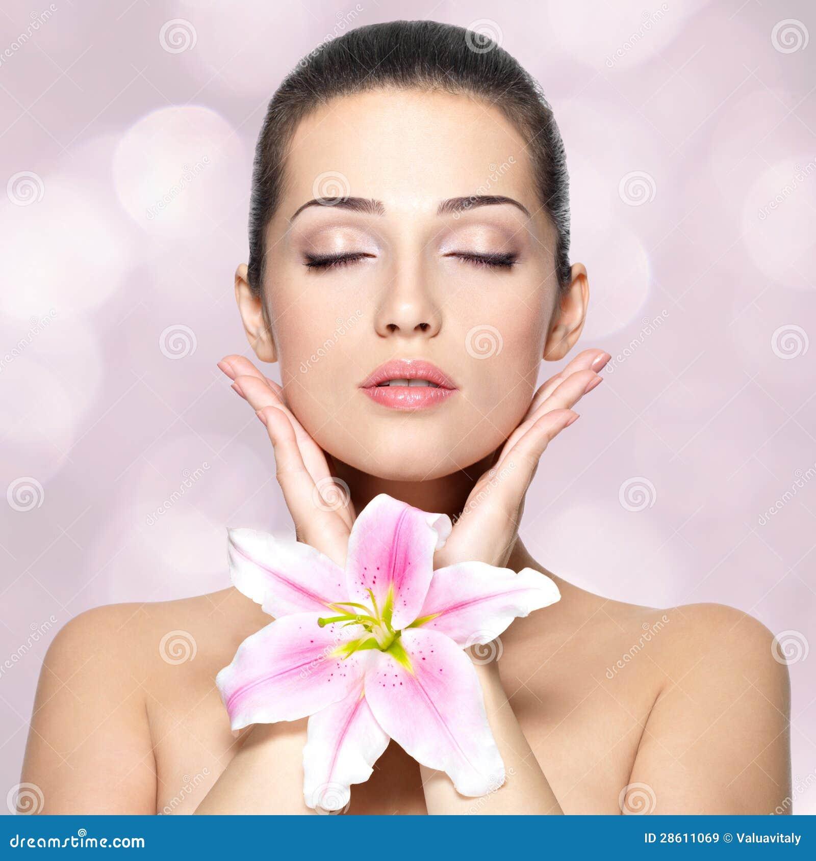 Piękno twarz ładna kobieta z kwiatem. Piękna traktowania concep
