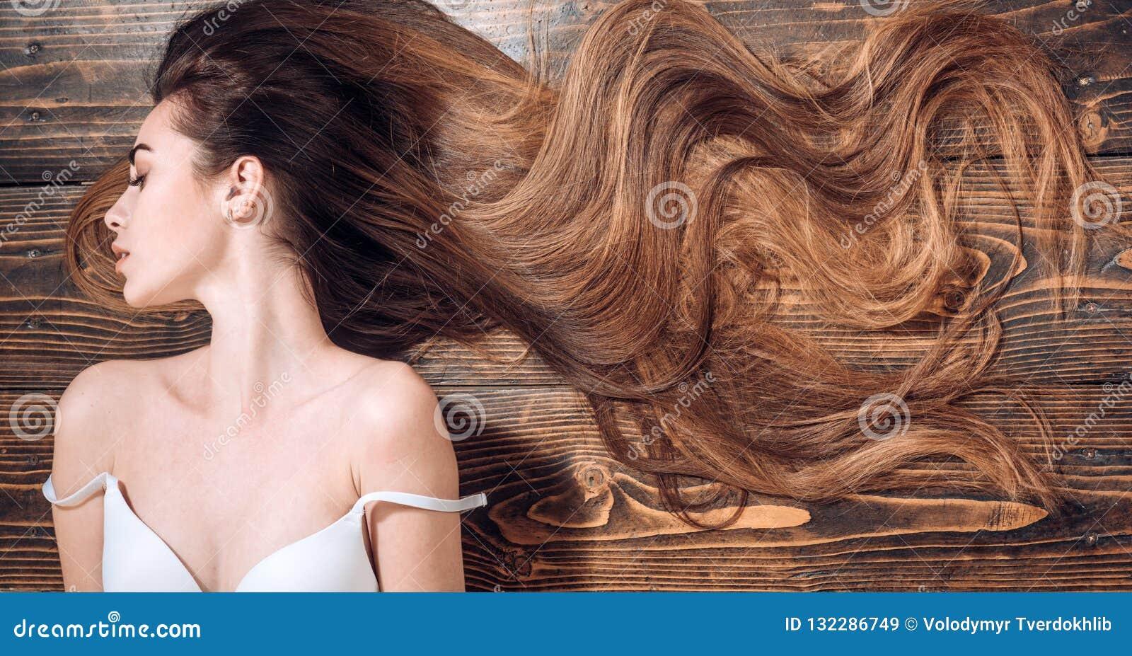 Piękno włosiany salon kobieta z długim pięknym włosy Mody ostrzyżenie Piękno dziewczyna z długim i błyszczącym falistym włosy mod