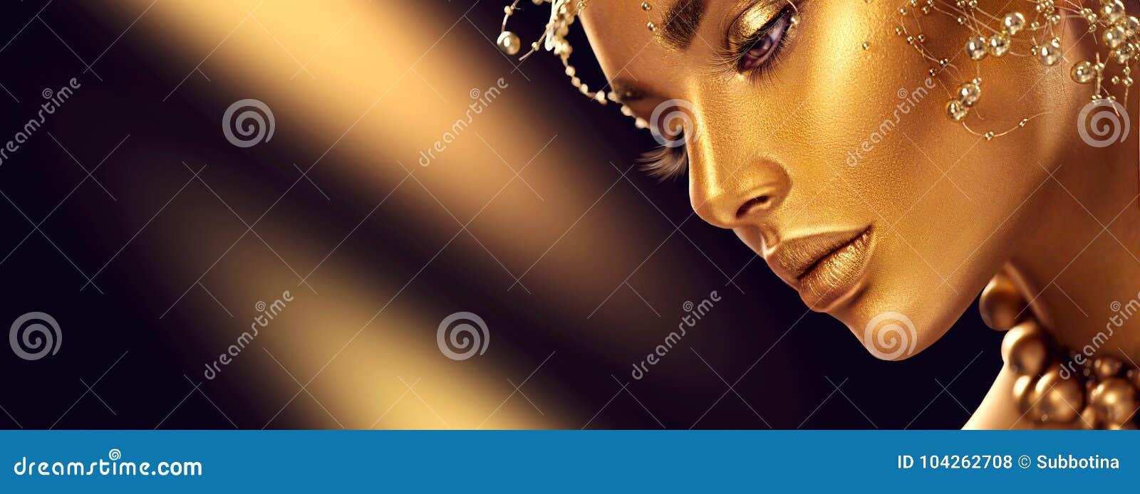 Piękno wzorcowa dziewczyna z wakacyjnym złotym błyszczącym fachowym makeup Złocista biżuteria i akcesoria