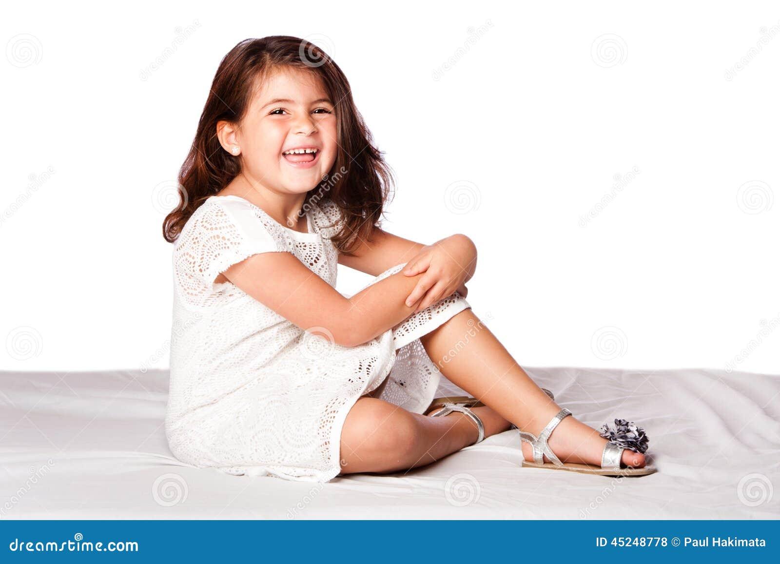 Piękny śliczny dziewczyny obsiadanie