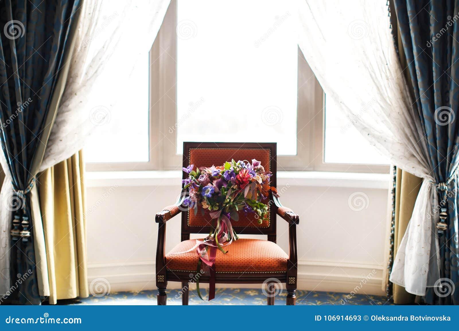Piękny ślubny bukiet na krześle