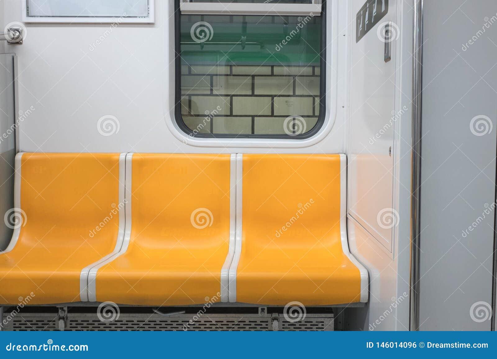 Piękny żółty metra krzesło