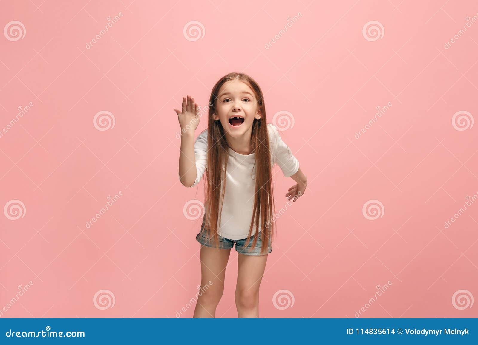 Piękny żeński długość portret na różowym pracownianym backgroud Młoda emocjonalna nastoletnia dziewczyna