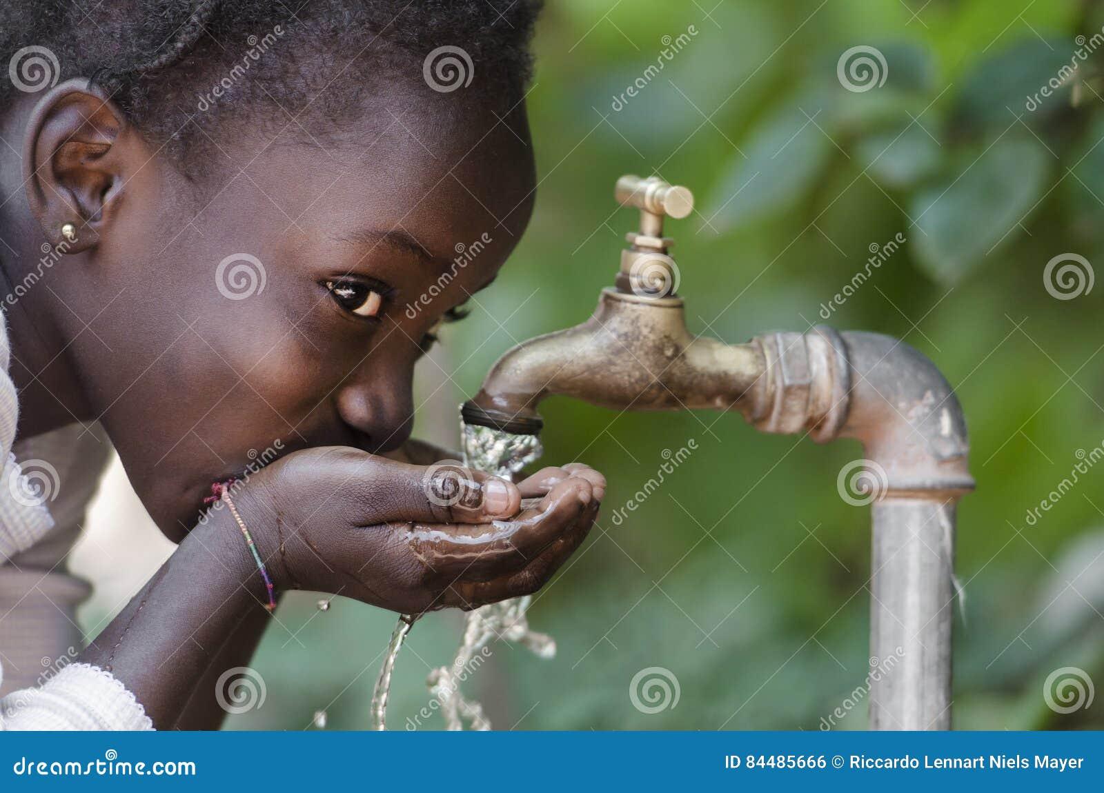 Piękny Afrykański dziecko Pije od woda kranowa braka symbolu