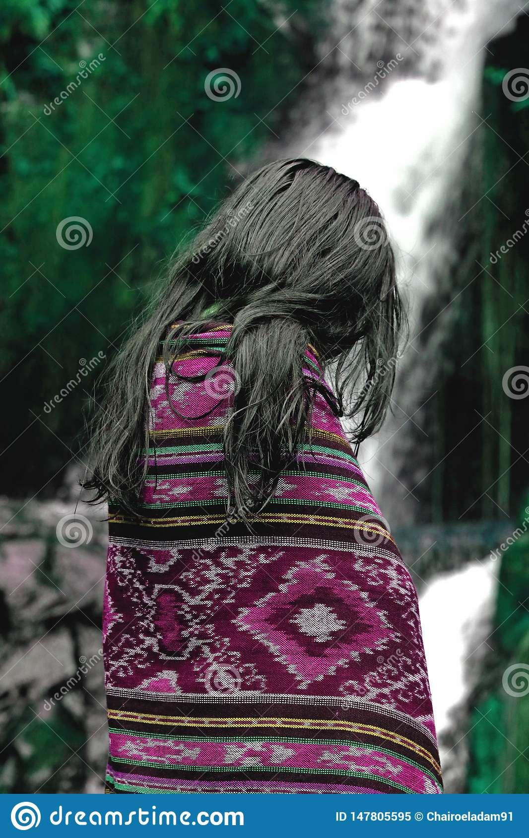 Pi?kny azjatykci dziewczyna portret w purpurowej koc przed pi?knym naturalnym siklawy i zieleni lasem
