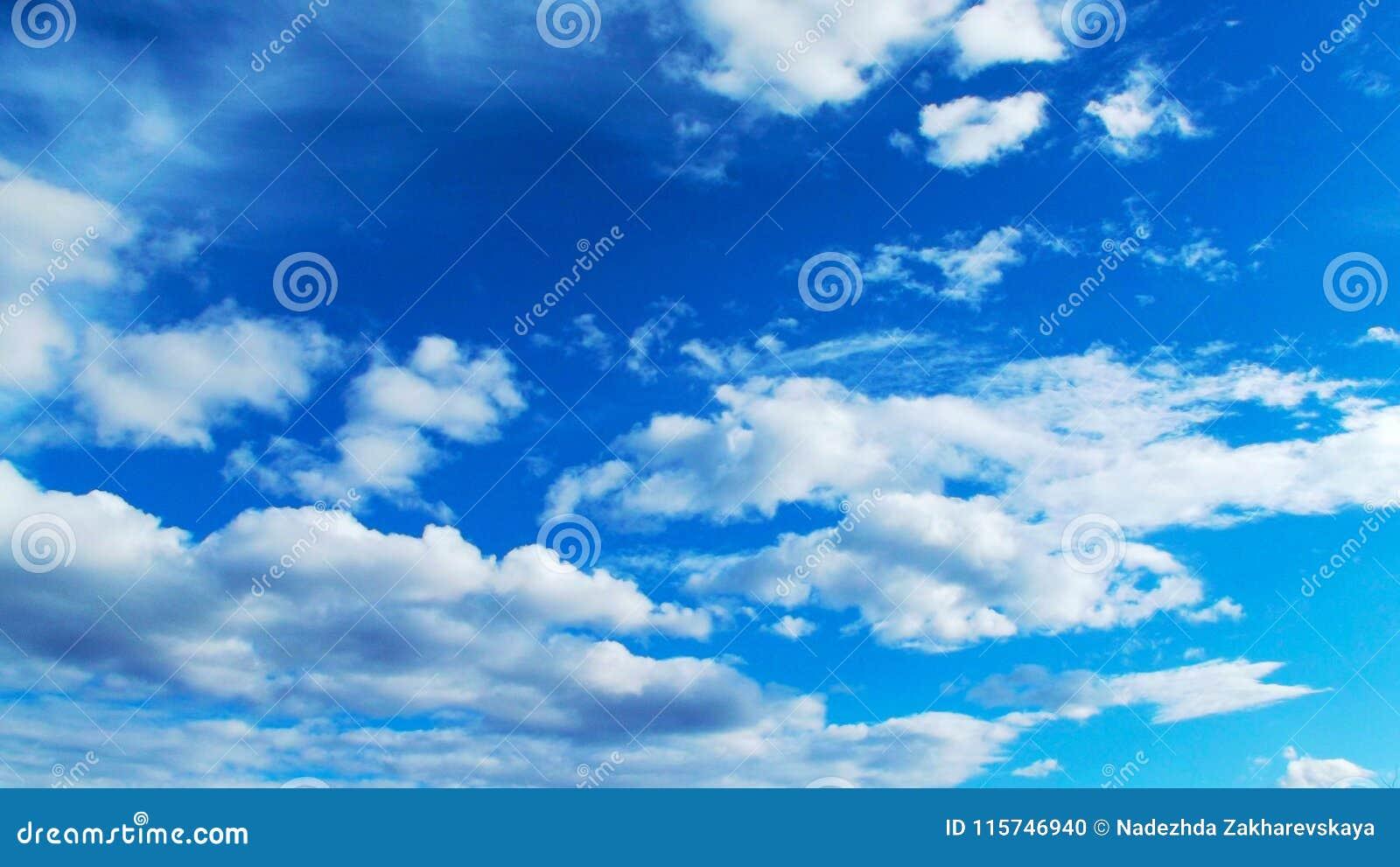 Piękny błękit nieba chmury