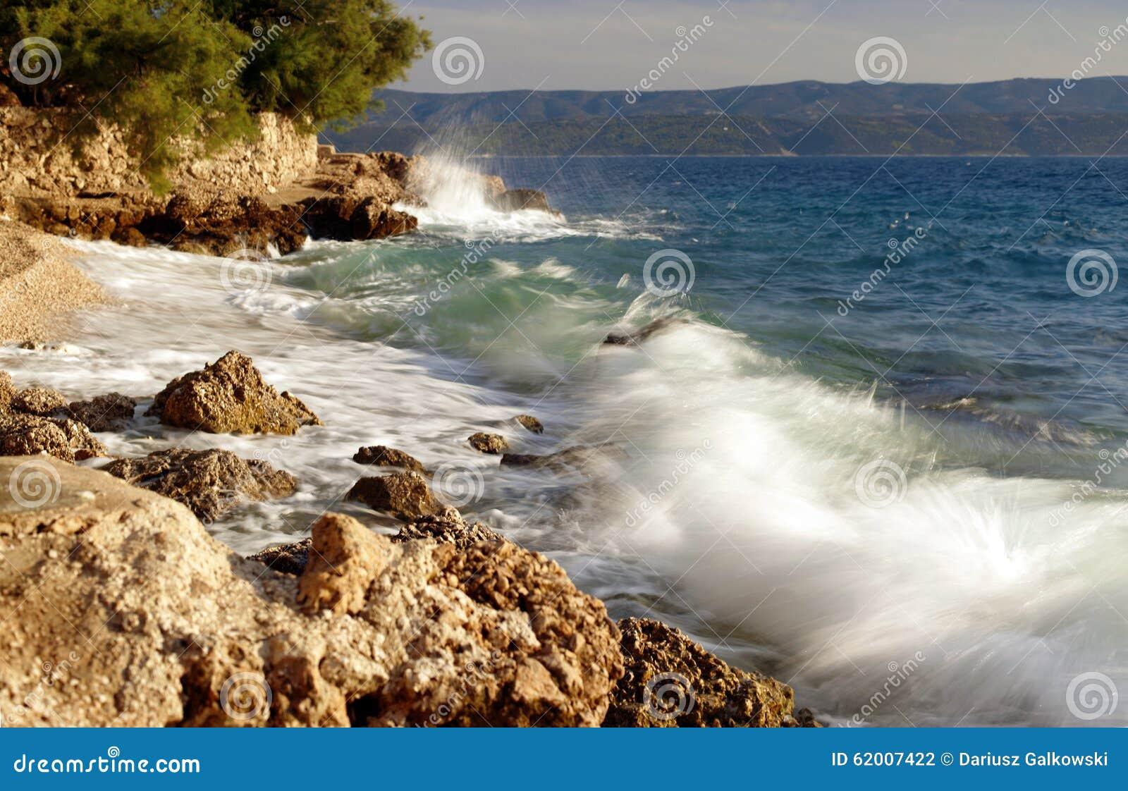 Piękny błękitny dalmatian wybrzeże z dennymi fala