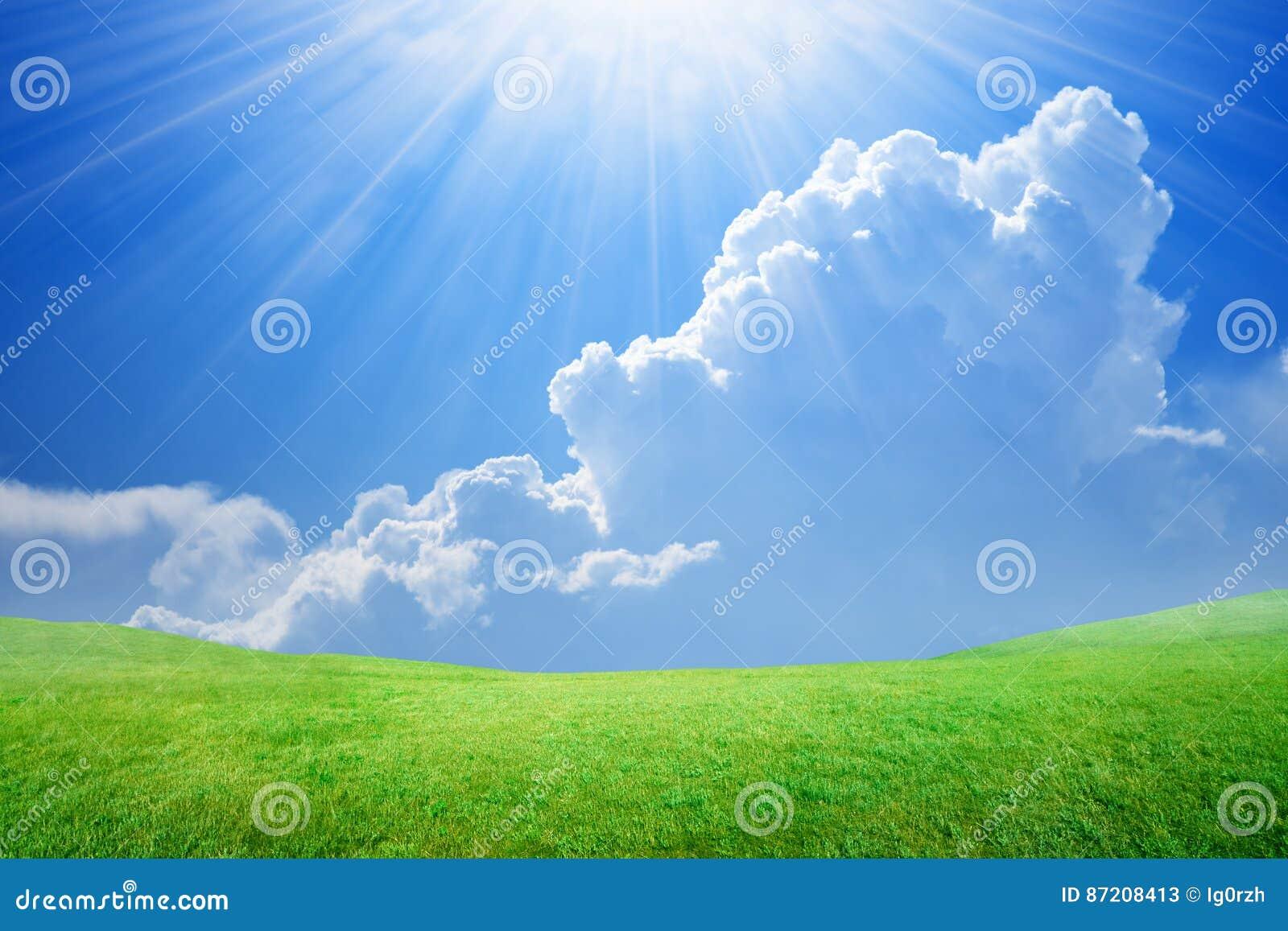 Piękny błękitny jaskrawy jasnego chmur nieba światła nieba słońca biel
