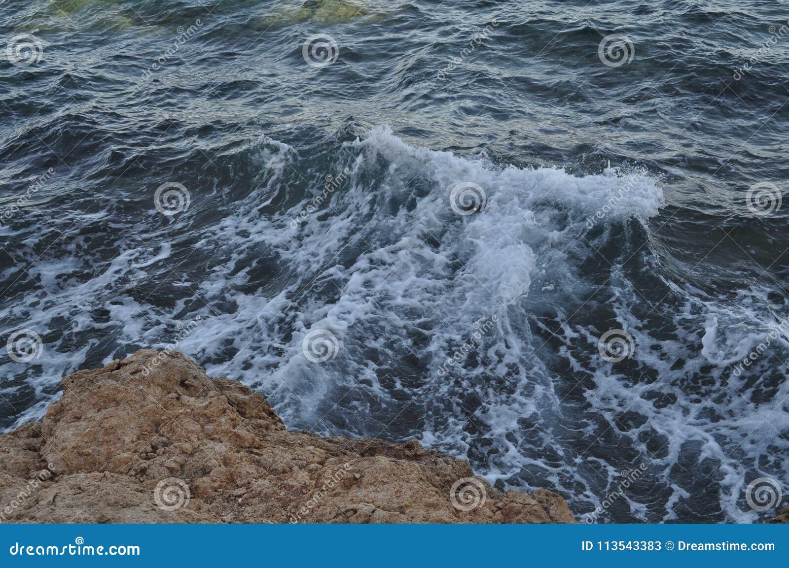 Piękny błękitny morze, ampuła kamienie, fala, niebo