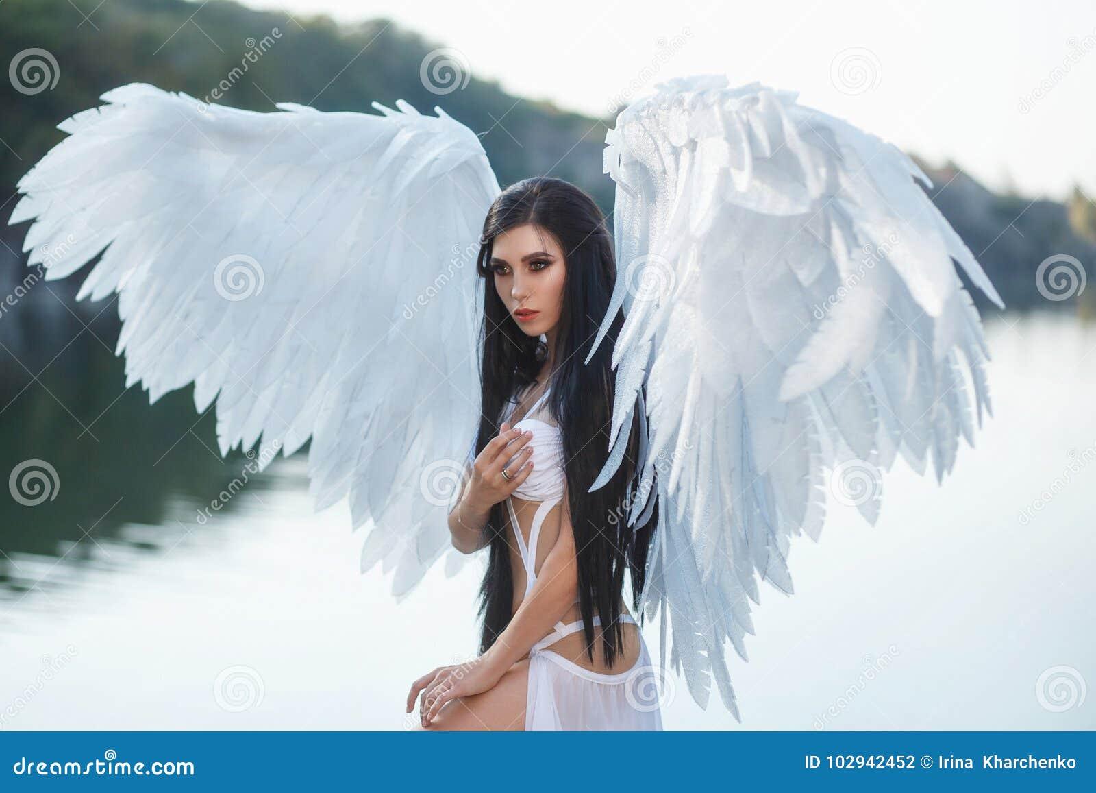 Piękny biały archanioł