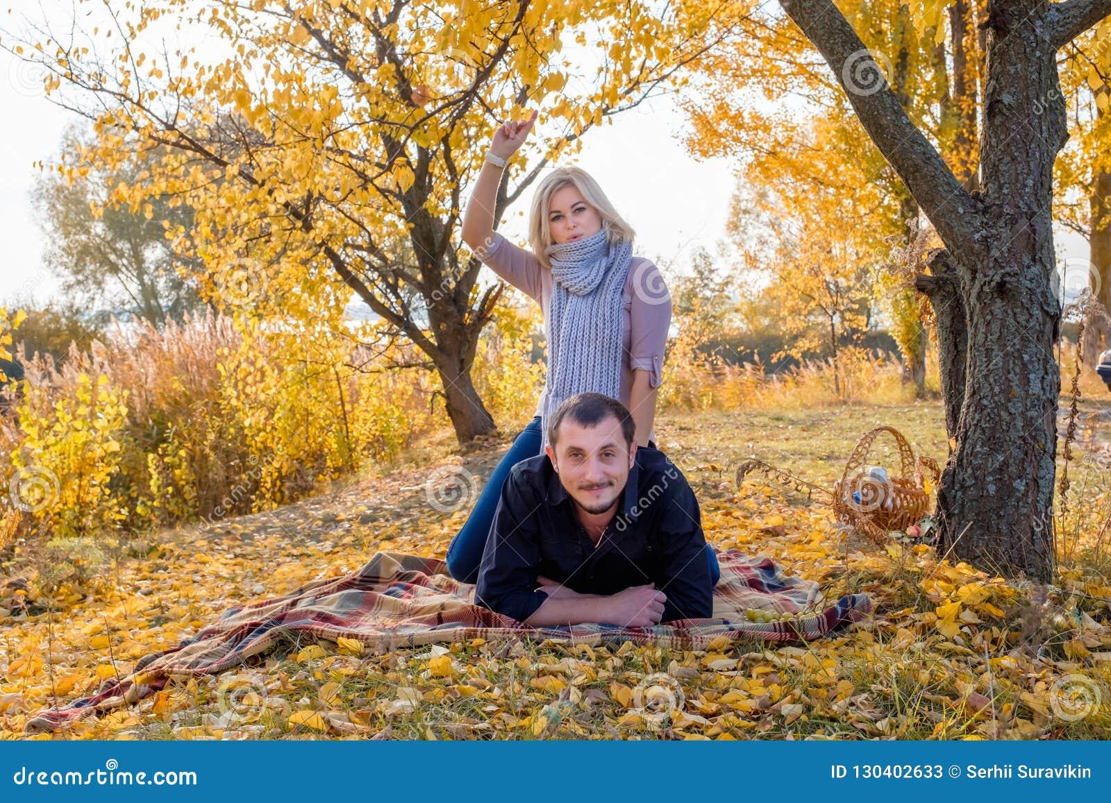 Piękny biel marryed pary lying on the beach na ono uśmiecha się i szkockiej kracie