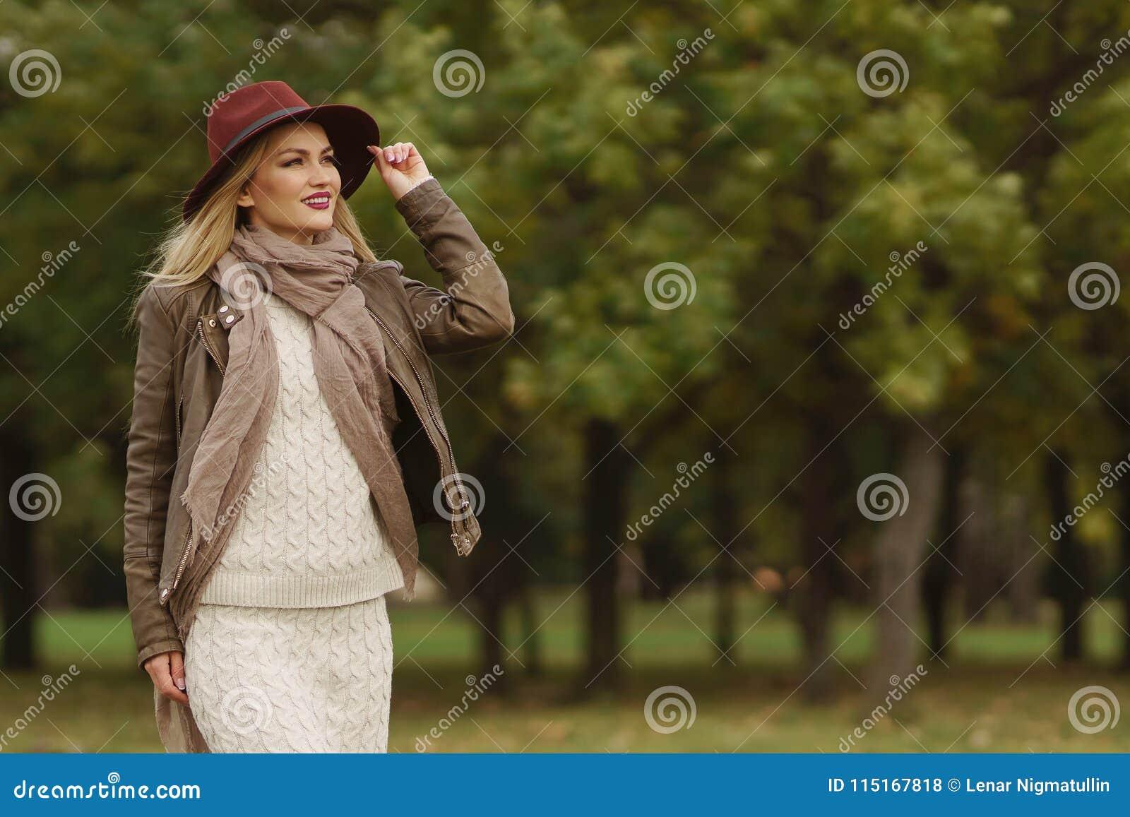 Piękny blondynki dziewczyny odprowadzenie w parku