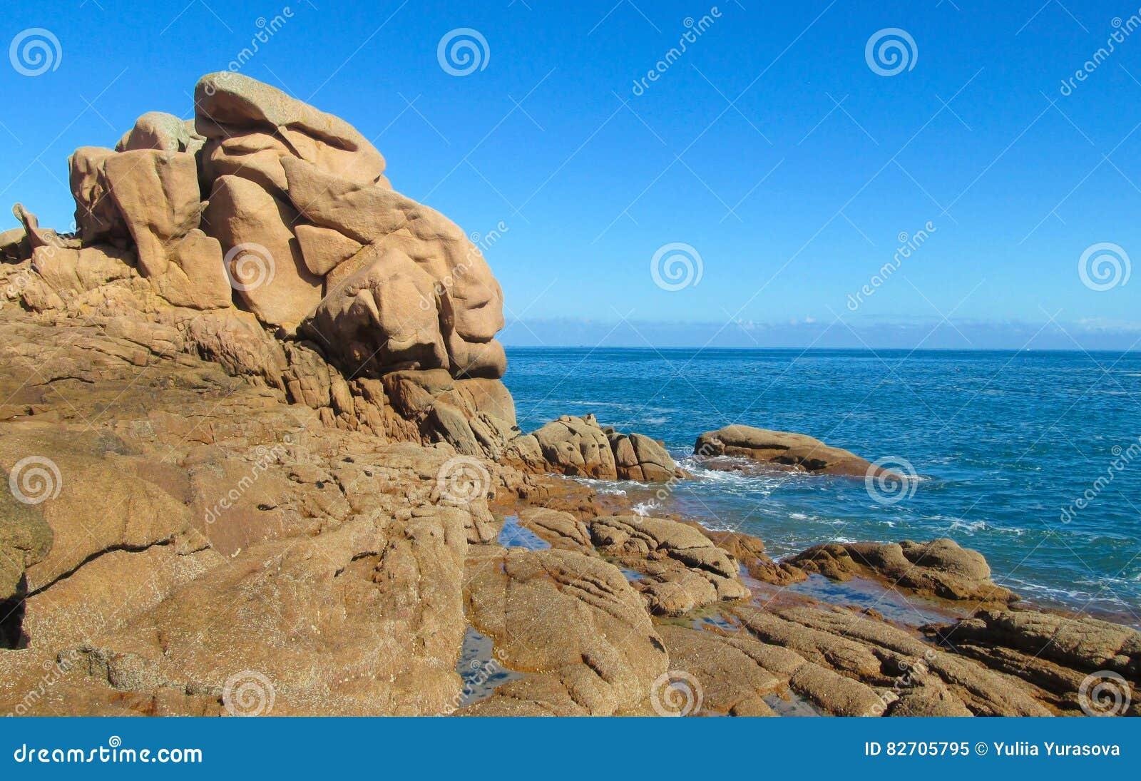 Piękny brzegowy skalisty morze