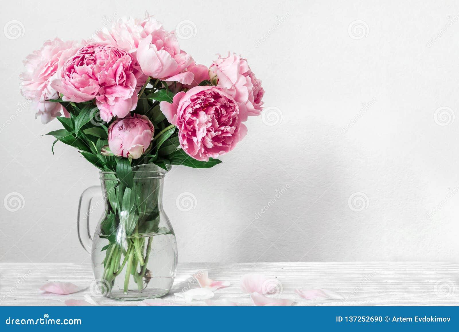 Piękny bukiet różowa peonia kwitnie w wazie kobiety ślubny tło z kopii przestrzenią lub dzień