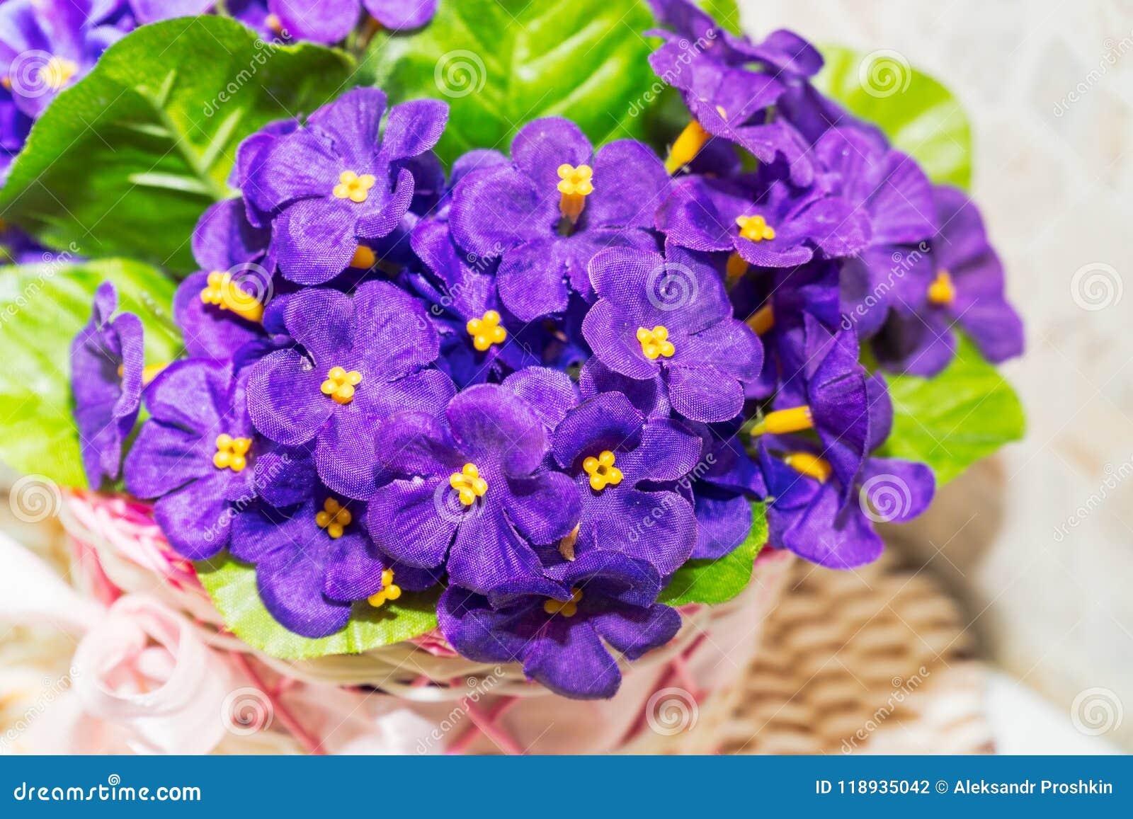 Piękny bukiet sztuczni lili fiołki