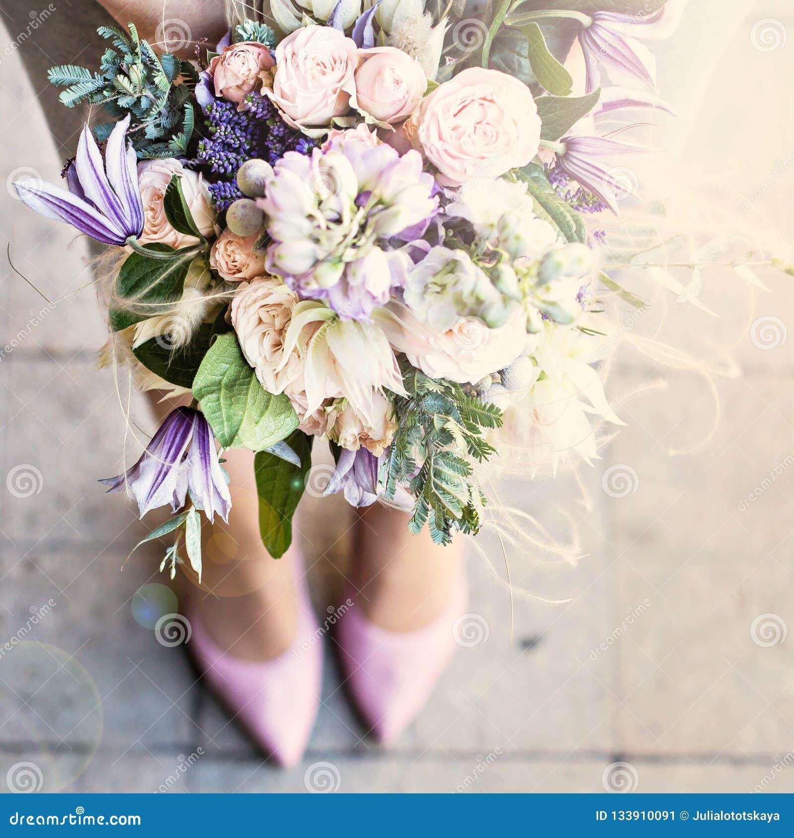 Piękny bukiet z delikatnymi kwiatami Purpura bukiet Bridal bukiet w żeńskich rękach