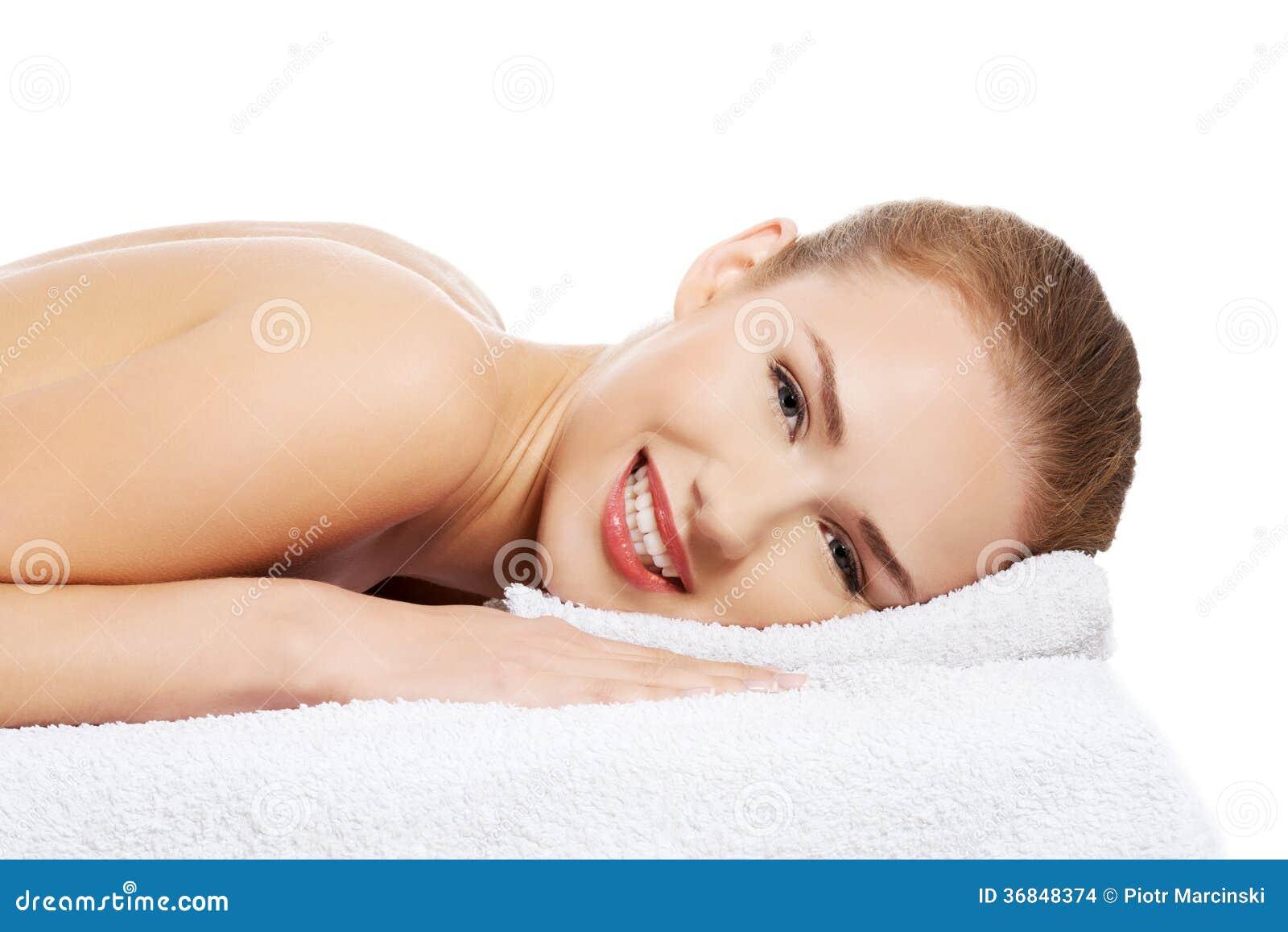 Piękny caucasian nagi kobiety lying on the beach na masażu rel i stole