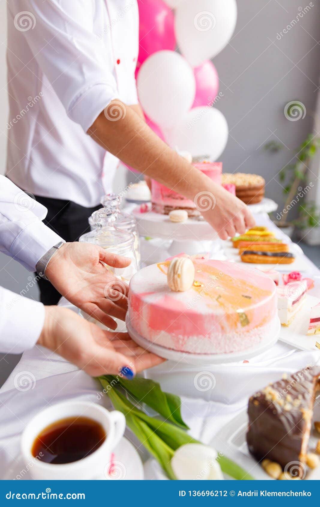 Piękny ciasto torty i macaroons Słodki wakacyjny bufet z babeczkami, tortami i innymi słodkimi deserami,
