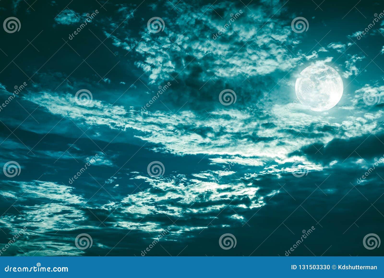 Piękny cloudscape nocne niebo z ciemny chmurnym Niektóre chmury przyćmiewają księżyc w pełni Spokój natury tło w nighttime