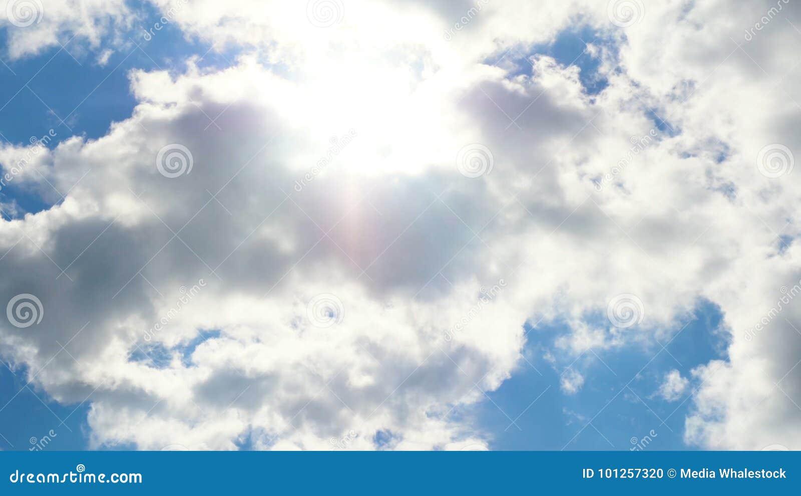 Piękny cloudscape z ampułą, budujący chmury i wschodu słońca łamanie przez chmury masy