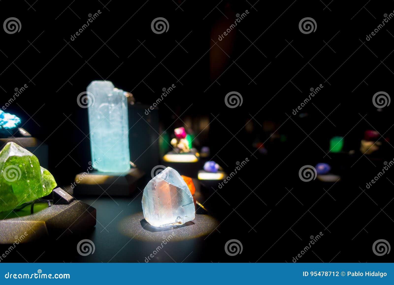 Piękny cristal z kopalinami przy muzeum narodowym Naturalna nauka w Orlando Houston w usa, w czarnym tle