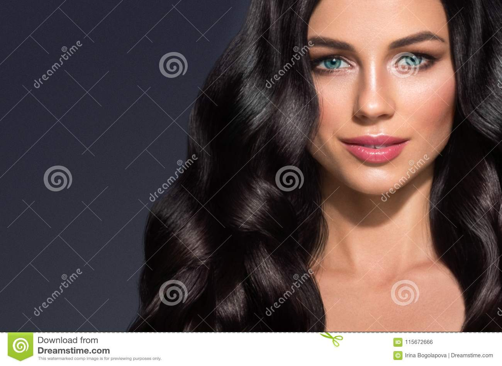 Piękny czarni włosy kobiety piękna portret Zadziwiający fryzury fe
