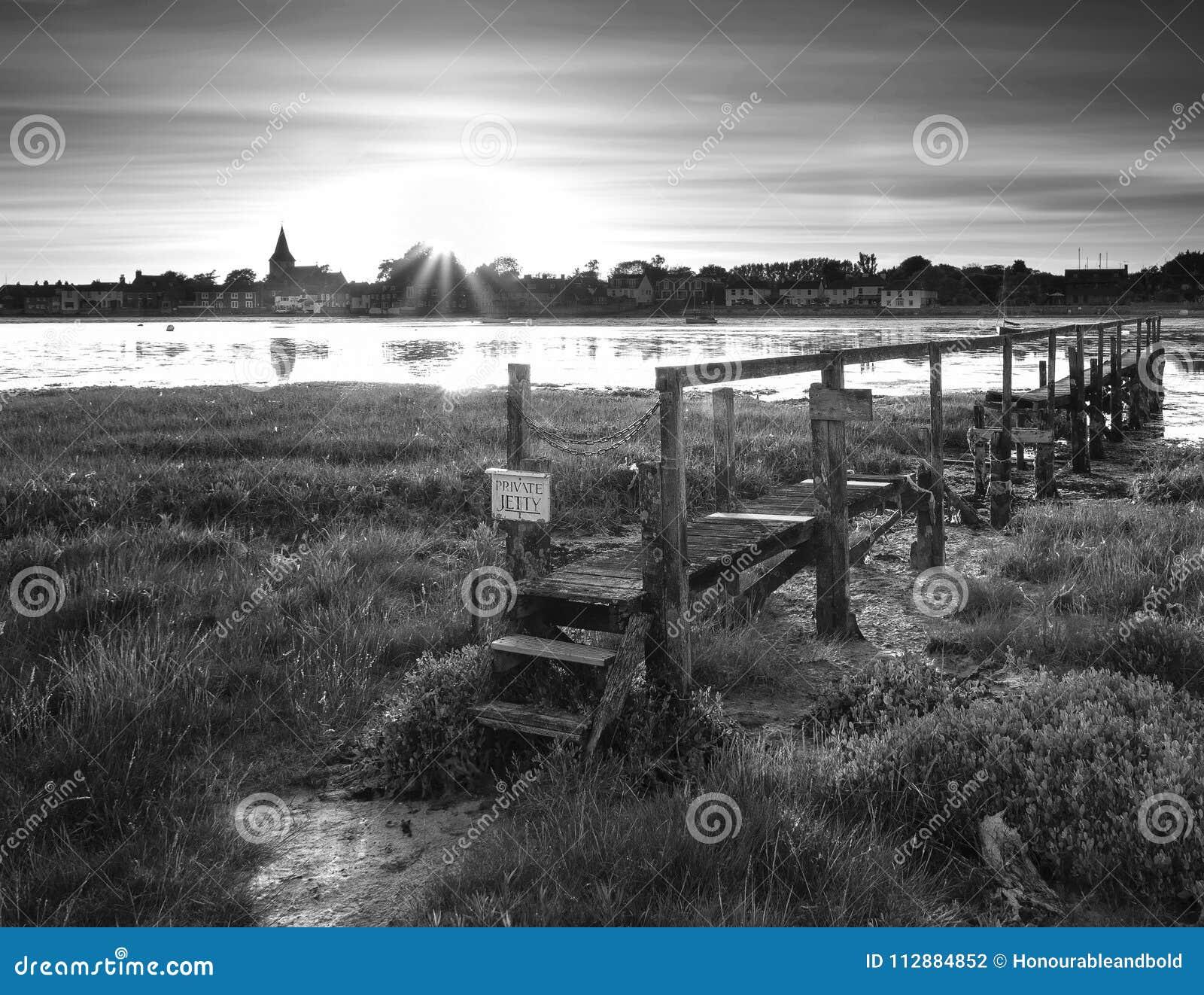 Piękny czarny i biały niskiego przypływu krajobraz Bosham schronienie w