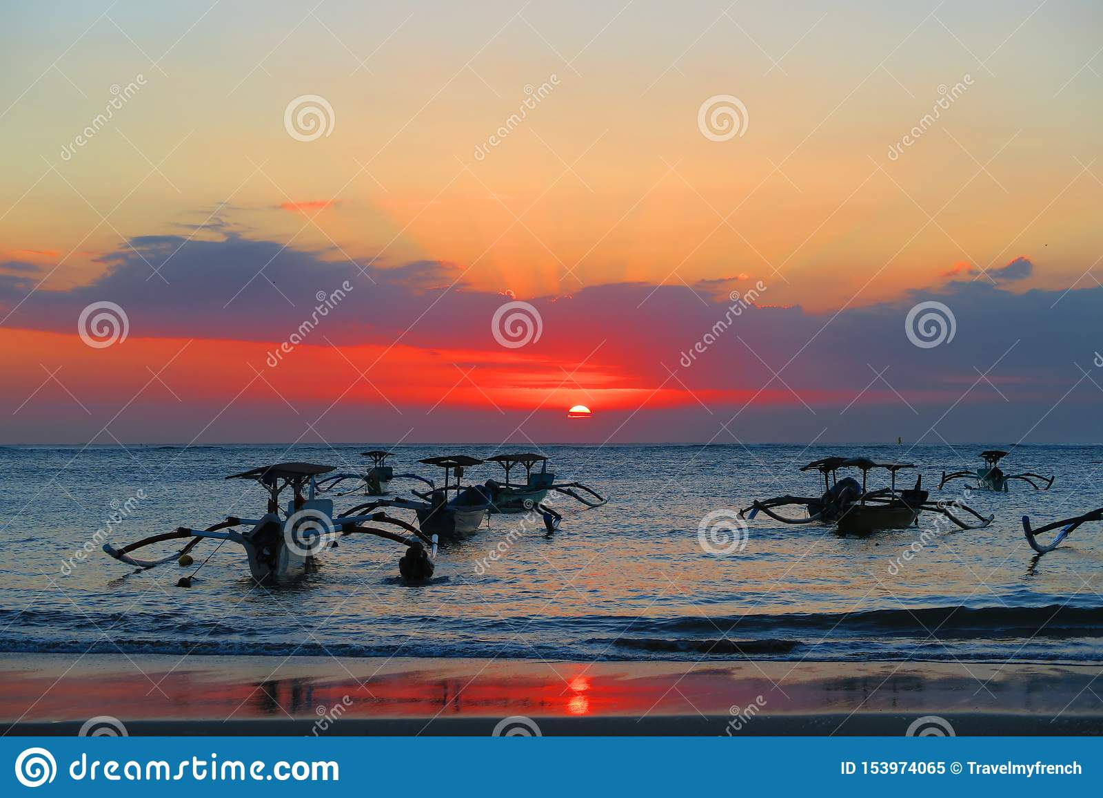 Piękny denny zmierzch, wschód słońca pomarańcze z tradycyjnymi łodziami w Bali lub menchie i