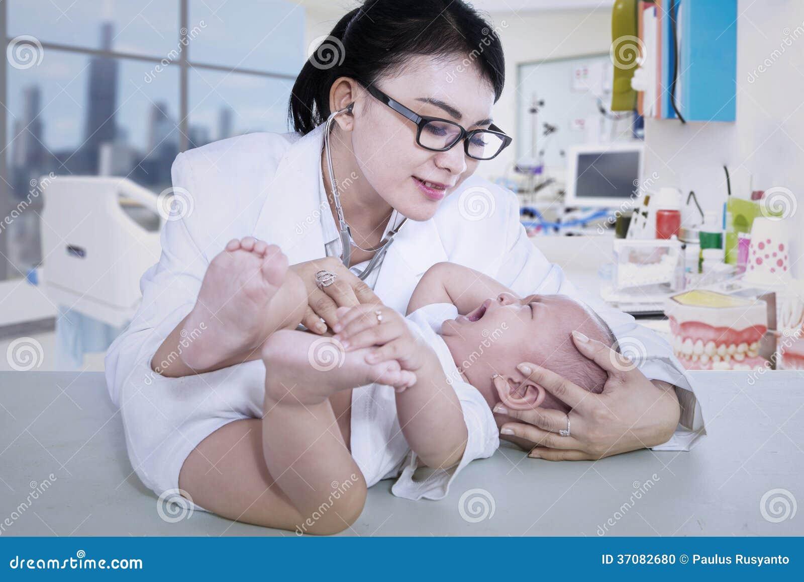 Download Piękny Doktorski Czeka Płaczu Dziecko Przy Kliniką Zdjęcie Stock - Obraz złożonej z femaleness, indonezyjczyk: 37082680