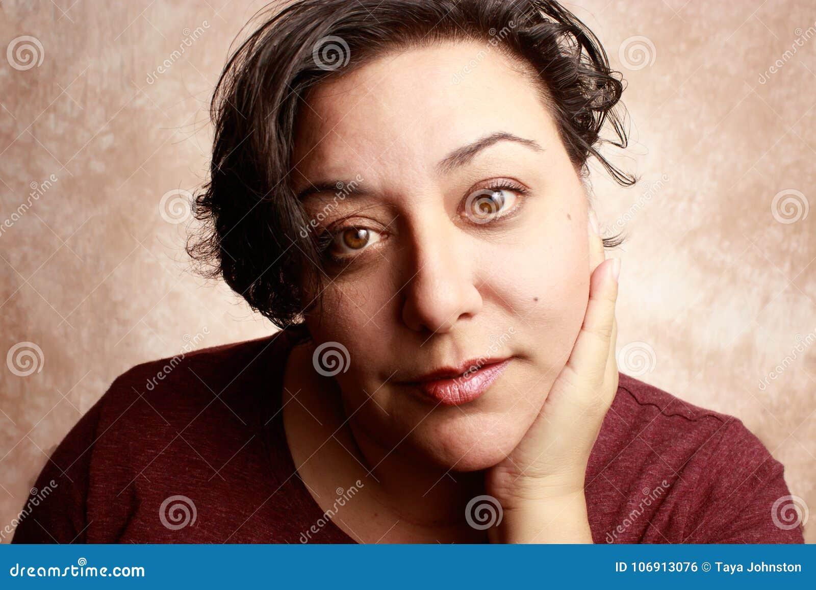 Piękny dorośleć mieszanej biegowej kobiety jest ubranym krótką fryzurę