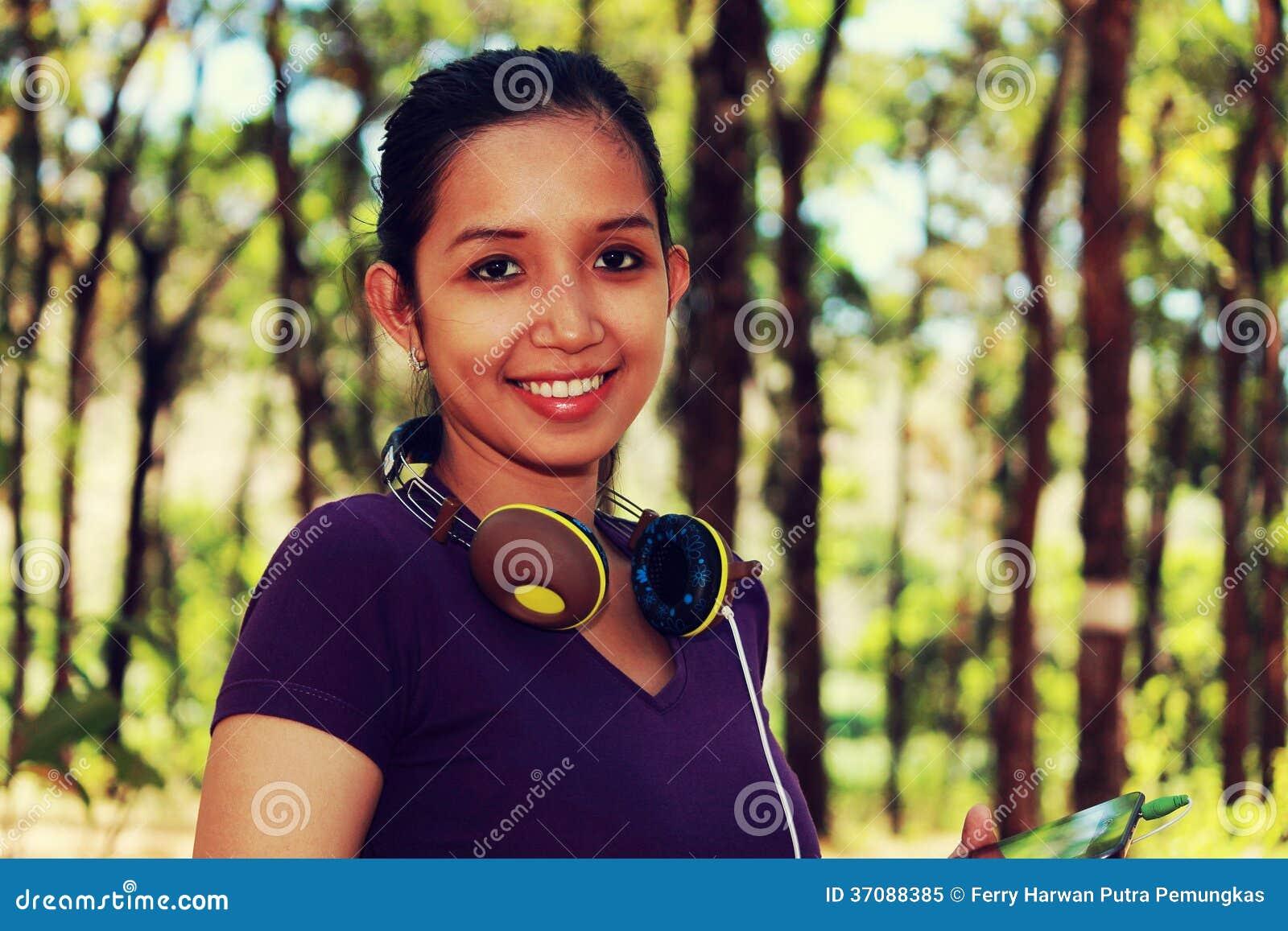 Download Piękny Dziewczyny Ono Uśmiecha Się Obraz Stock - Obraz złożonej z headquarter, dziewczyna: 37088385