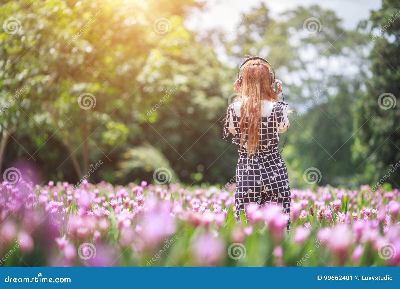 Piękny dziewczyny, technologii i czasu wolnego pojęcie, - dziewczyna z headp