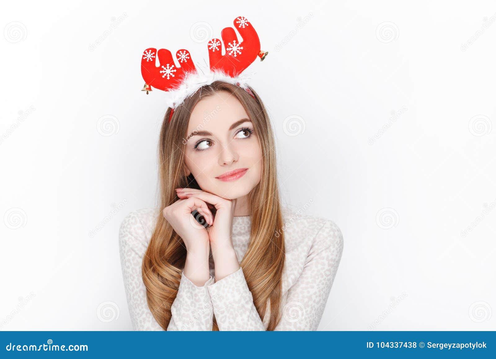 Piękny emocjonalny blondynki kobiety modela odzieży Santa rogacza headpiece tła bożych narodzeń pojęcia powitania odizolowywali b