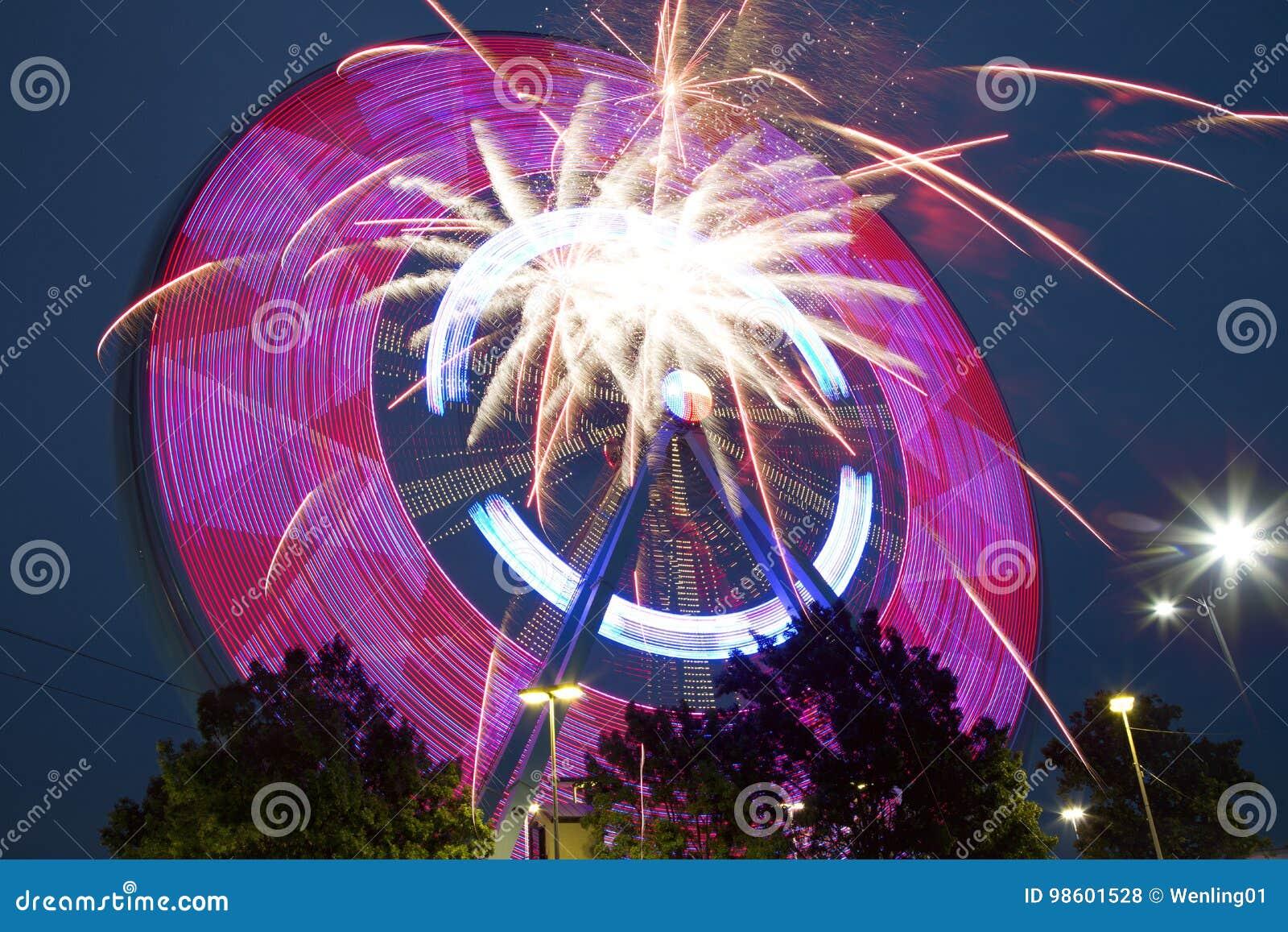 Piękny Ferris koło, fajerwerki przy nocą TX i