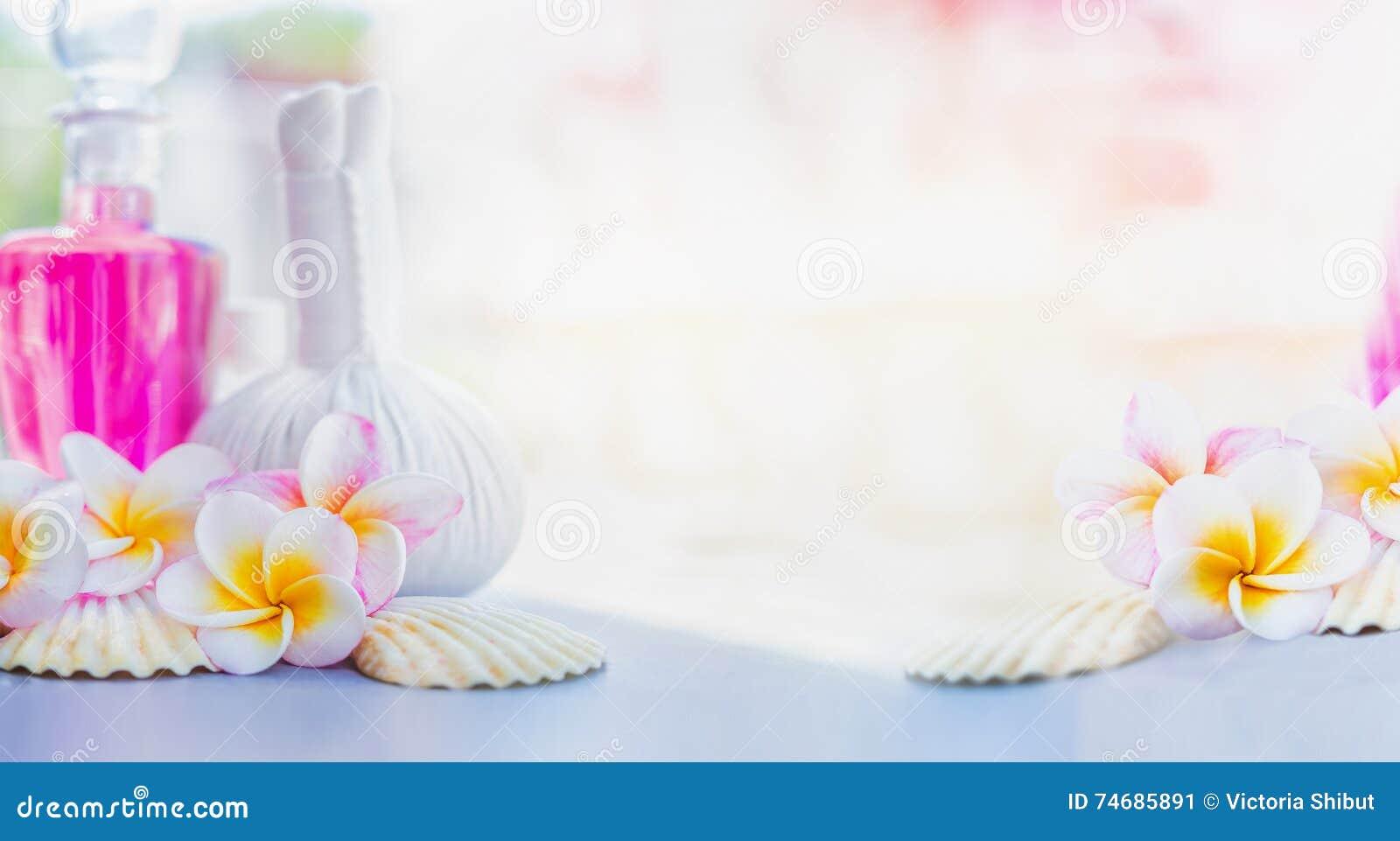Piękny Frangipani kwitnie z ziołowymi kompresów znaczkami, różową płukanką i skorupami, przy lato natury tłem Zdrój lub wellness