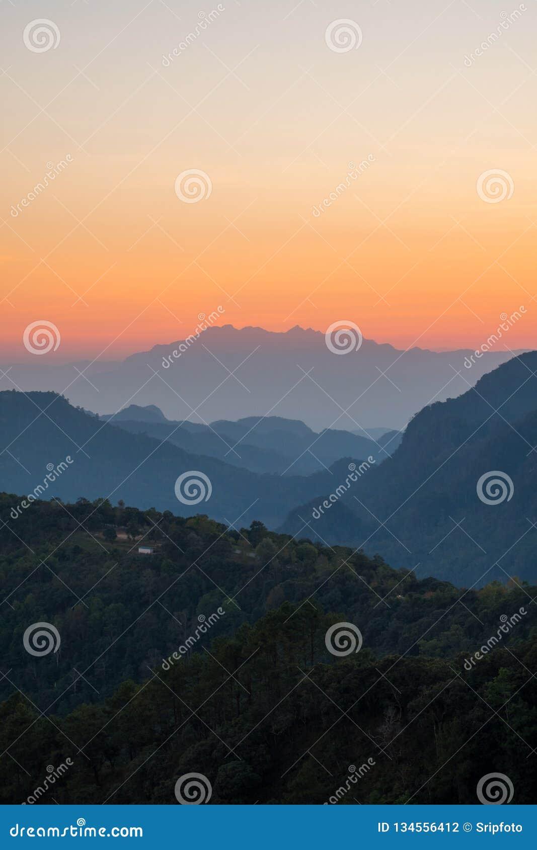 Piękny góra krajobraz przy zmierzchem przy Monson punkt widzenia Doi AngKhang, Chaingmai Tajlandia