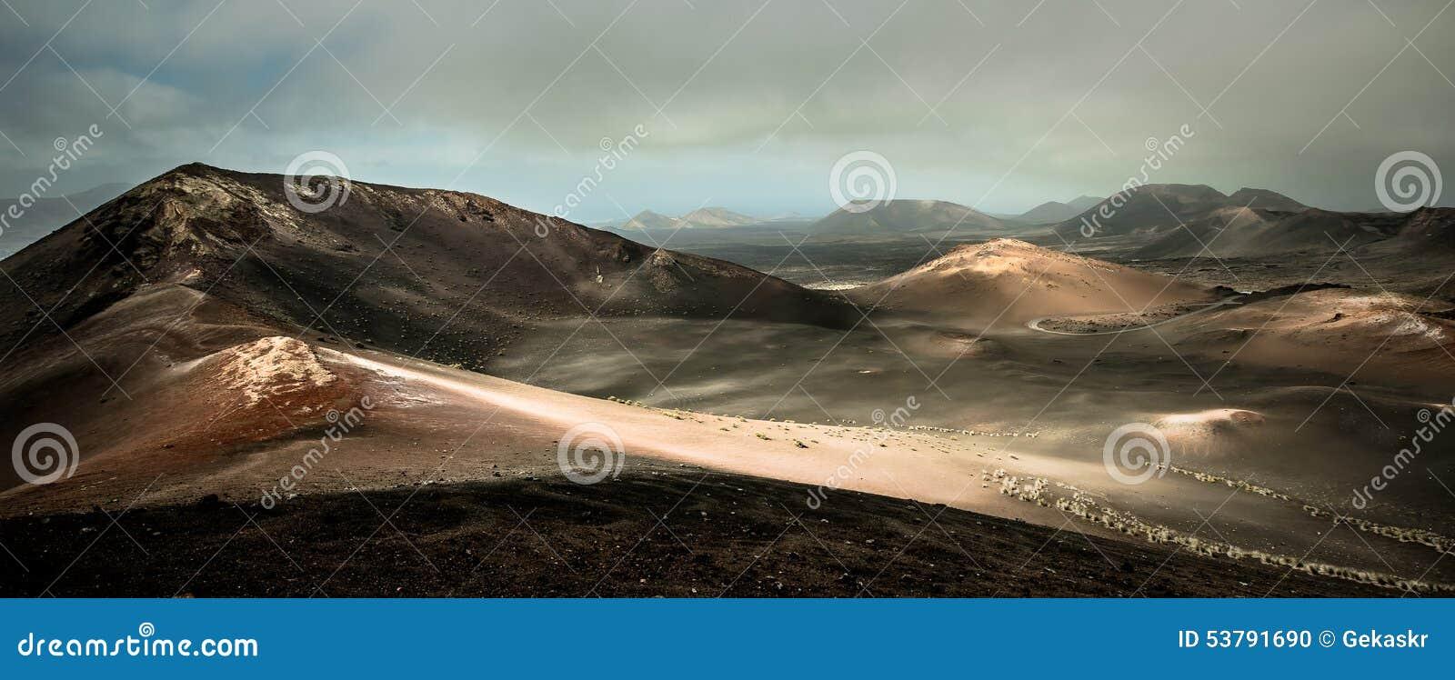 Piękny góra krajobraz z volcanoes